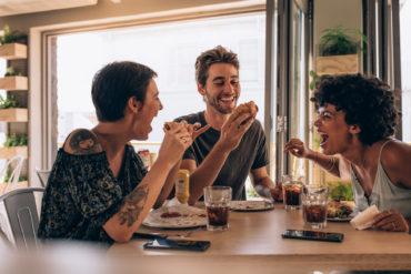 fröhliche junge Erwachsene beim Abendessen