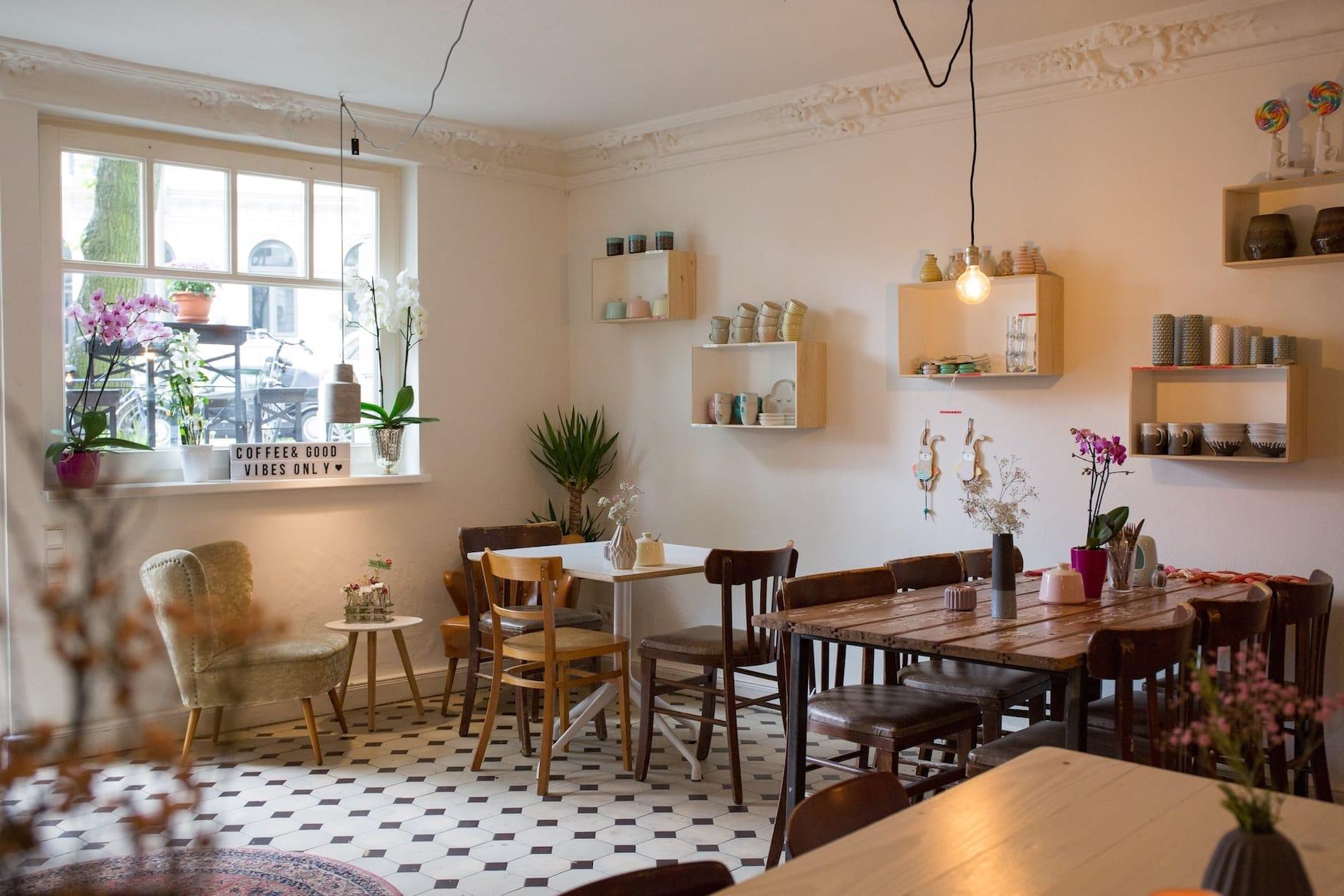 Shabby Chic trifft Hipster-Cafe. Das zusammengewürfelte Interieur des Cafés Salon Wechsel Dich ist wirklich hübsch.