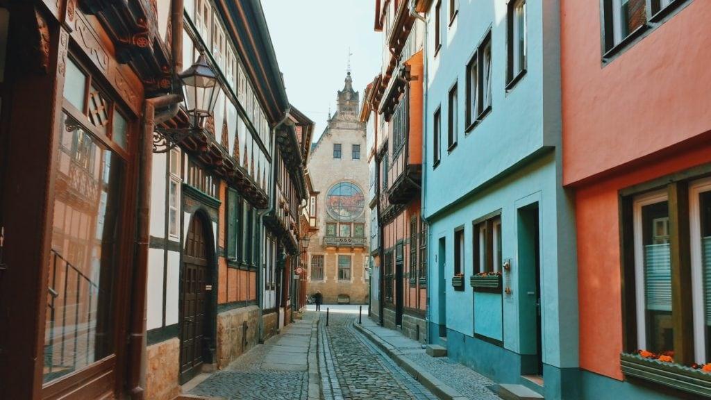 Einsame Straße in der Altstadt von Quedlinburg