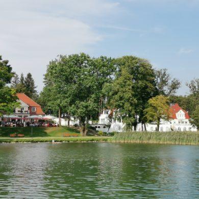 Blick auf Häuser am See in Bad Saarow, Brandenburg