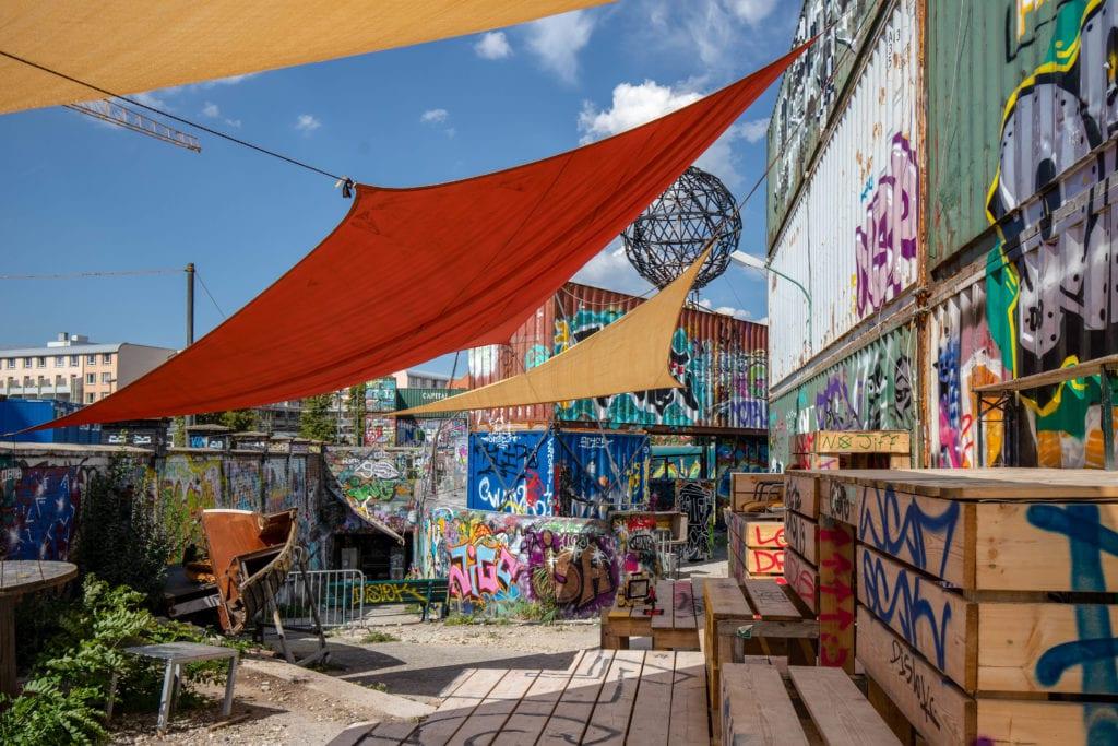 Blick auf den Bahnwärter Thiel mit Graffiti an den Wänden und Sonnensegeln