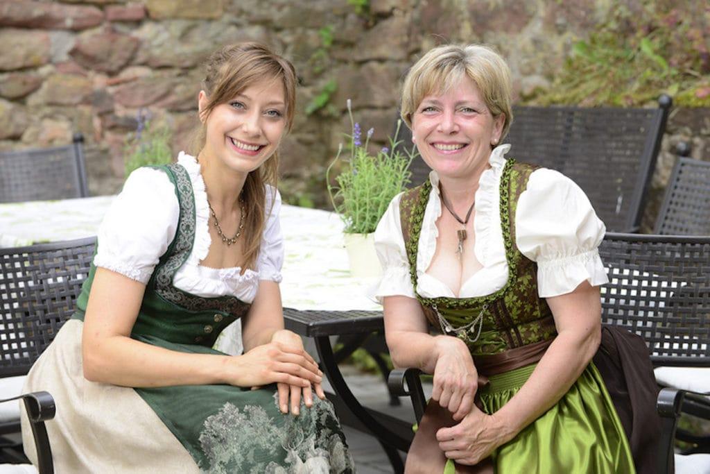 Barbara und Erika Bär in Dirndl an einem Tisch