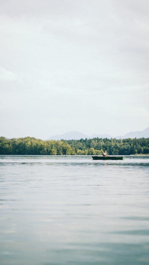 einsames Boot auf dem Chiemsee