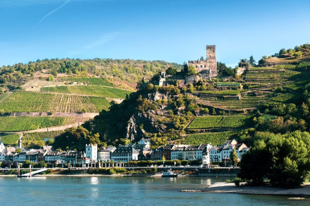 Burg Gutenfels am Rhein mit Weinterrassen darunter