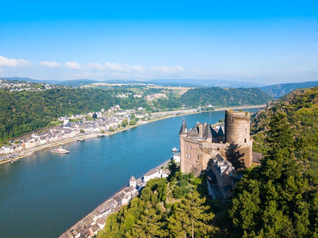 Blick von oben auf die Burg Katz mit dem Panorama des Rheins