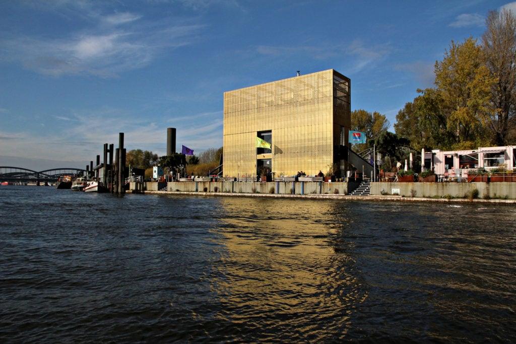 Das Café Entenwerder in Hamburg liegt direkt auf einer Erhöhung auf der Elbe