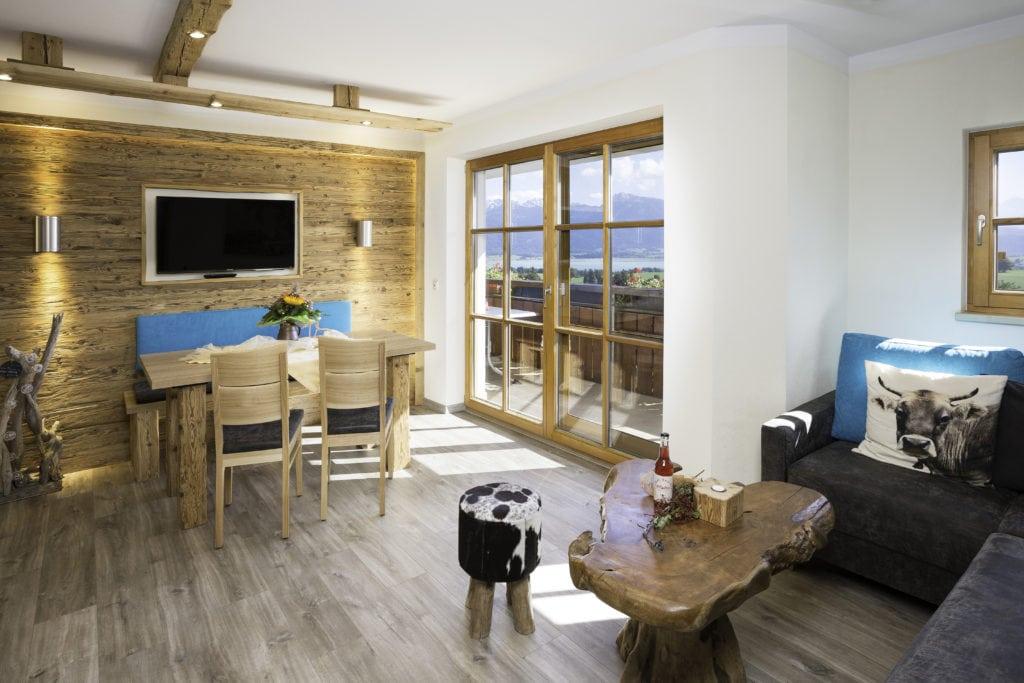 Holzlastige Inneneinrichtung in einem schicken Ferienhof in Bayern.
