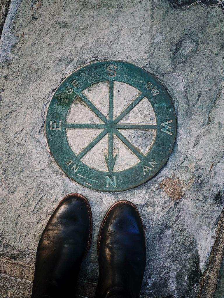 Kompass auf einem Stein