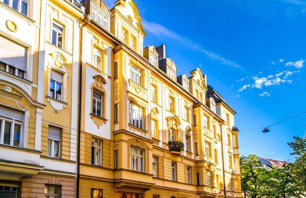 Altbautenfront in Münchens Glockenbachviertel