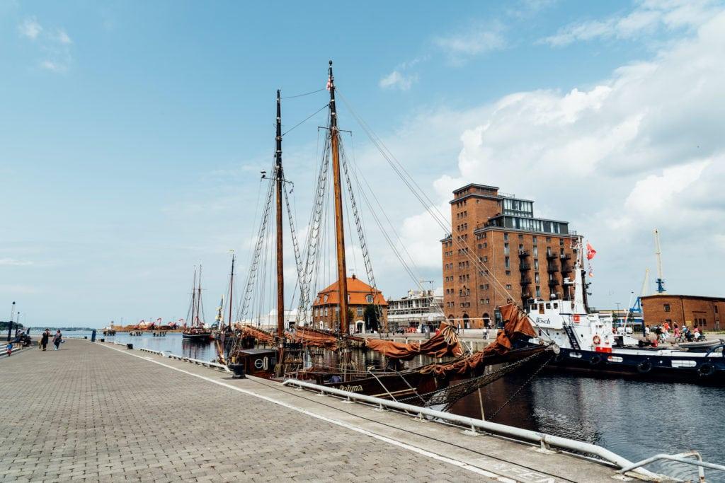 Hafen mit altem Schooner in Wismar