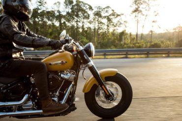 Mann auf einem Motorrad beim Fahren