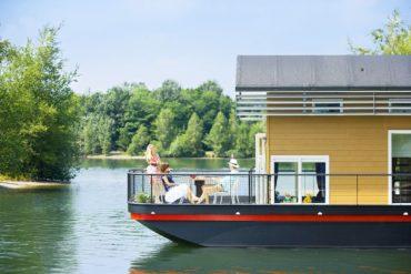 Außergewöhnliche Hotels Deutschland: Zum Beispiel das gelbe Hausboot im Center Parks Bispinger Heide