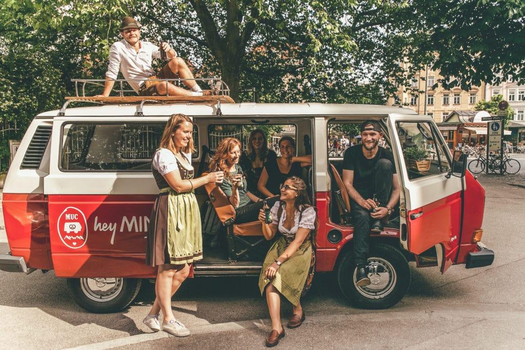 Junge Menschen an einem VW Bus von Hey Minga - einem Touranbieter in München