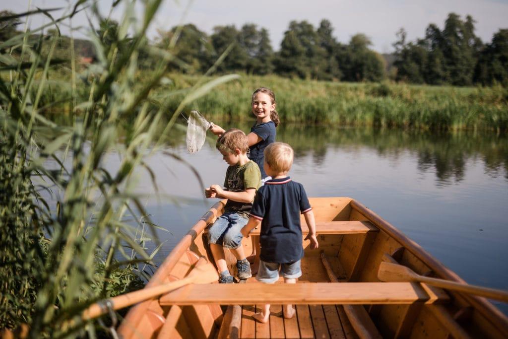 Kinder in einem kleinen Holzbötchen