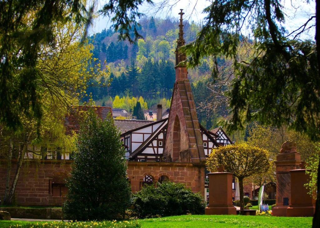 Kloster umgeben von Bäumen. Hier begibt man sich auf Schatzsuche beim Geocaching im Süden von Deutschland