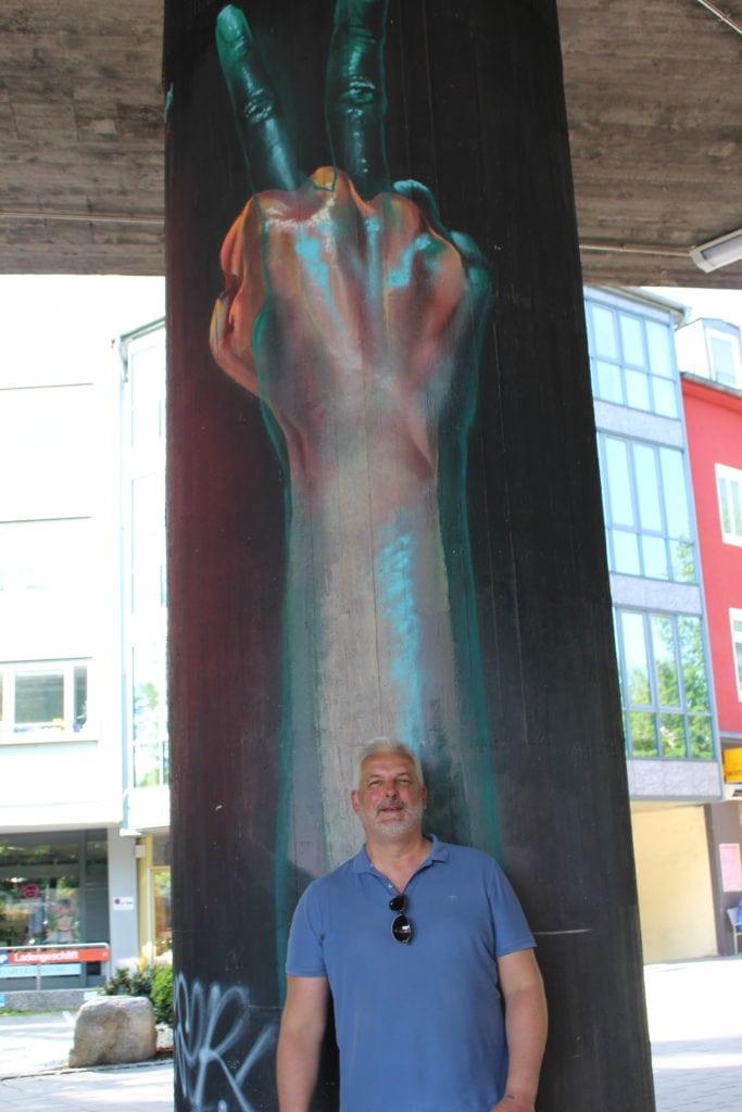 Martin Arz - Street Art Guide - lehnt an einer Säule mit Kunst