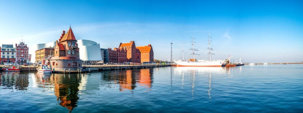 Blick vom Wasser auf das Meeresmuseum in Stralsund