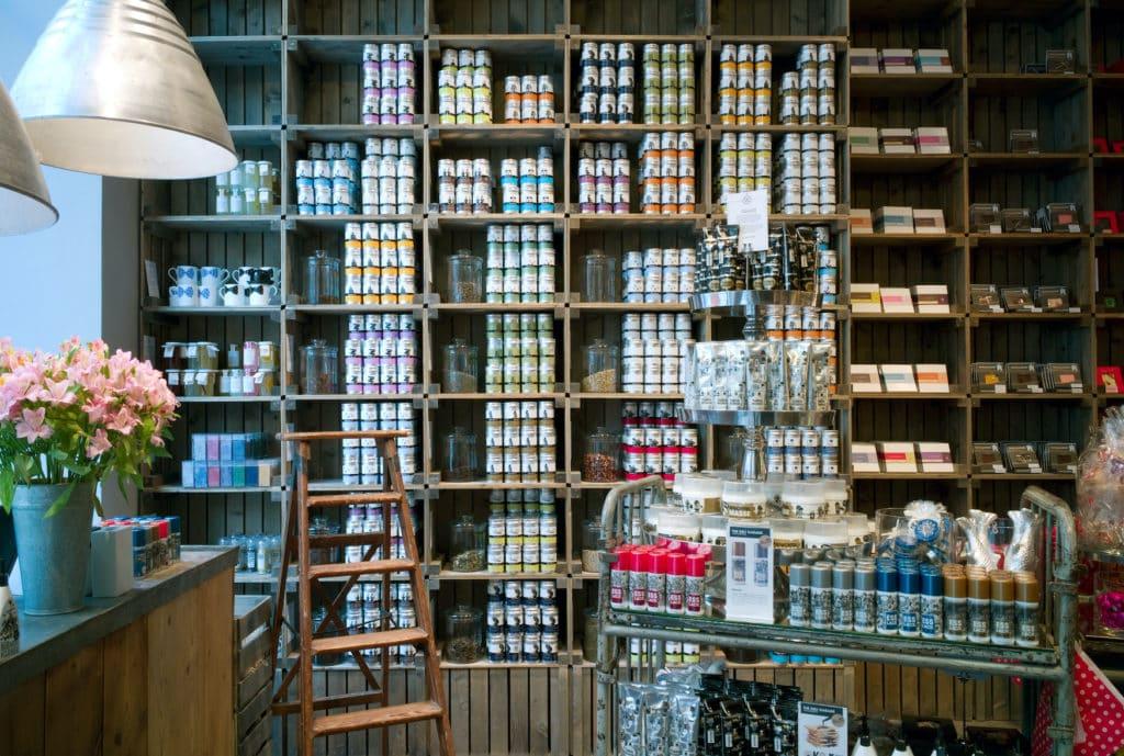 Die vollen Regale des Mutterland-Shops mit regionalen Leckereien