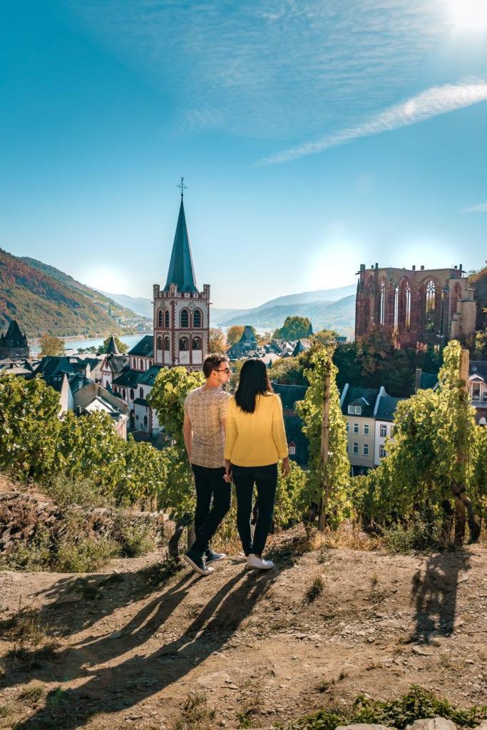 Ein Paar, das sich die Stadt Koblenz ansieht