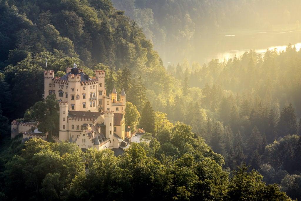 Das Schloss Hohenschwangau liegt direkt gegenüber von Schloss Neuschwanstein