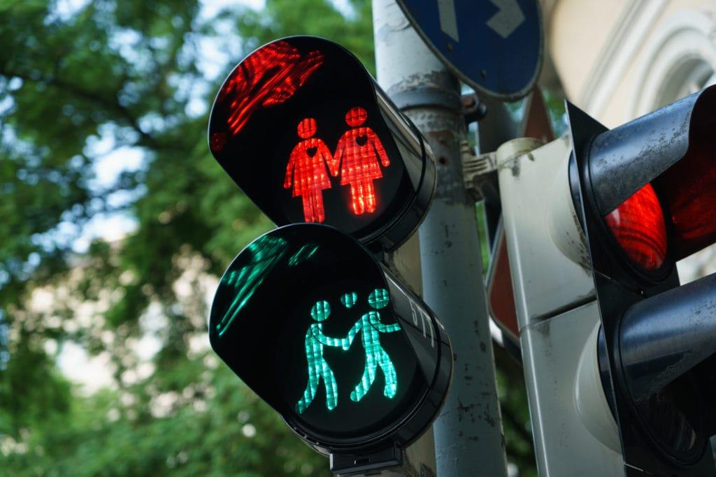 Verliebte Homo- und Heteropärchen auf Fußgängerampeln nach Wiener Vorbild im Münchner Glockenbachviertel
