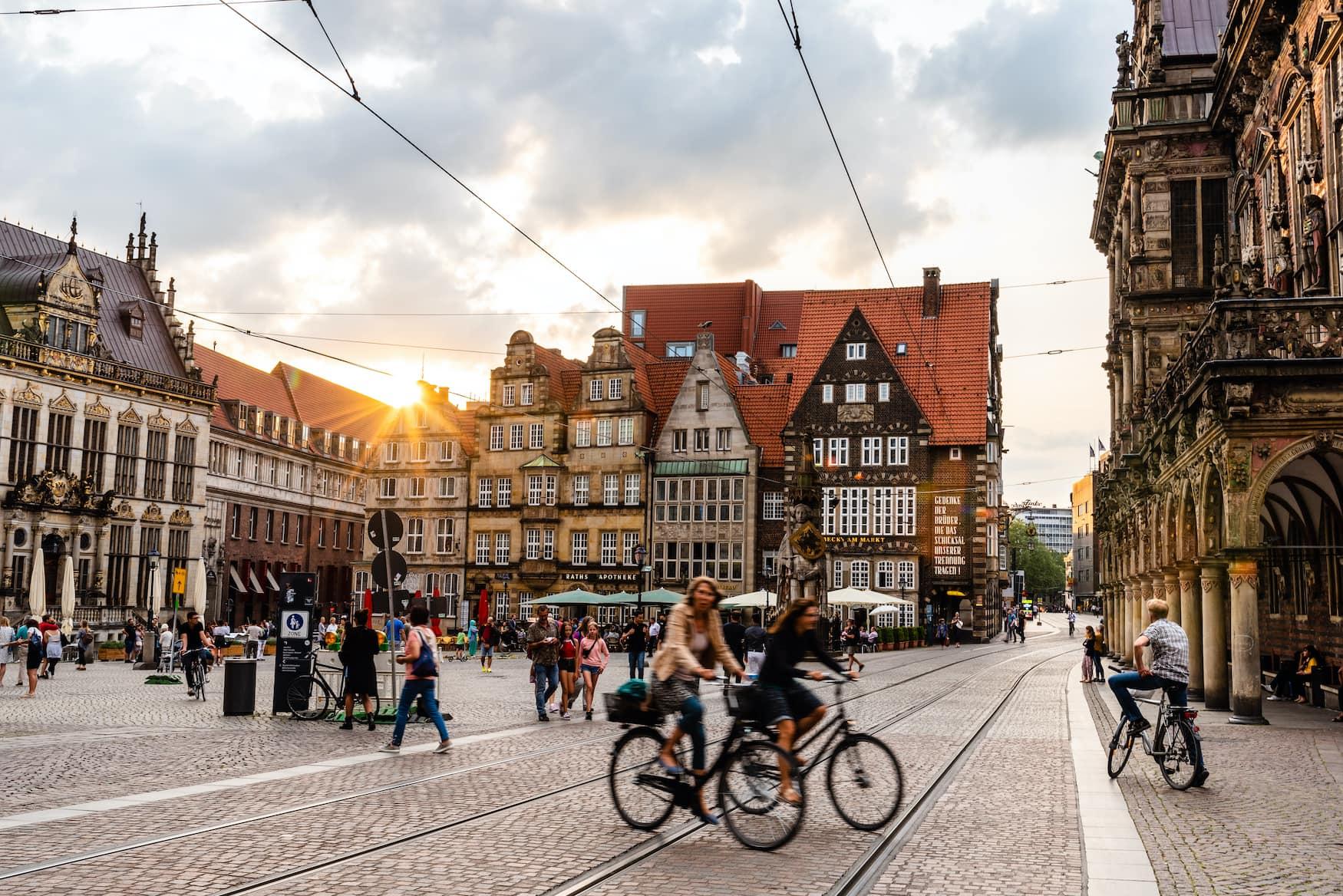Historisches Zentrum der mittelalterlichen Hansestadt Bremen. Sonnenblende bei Sonnenuntergang