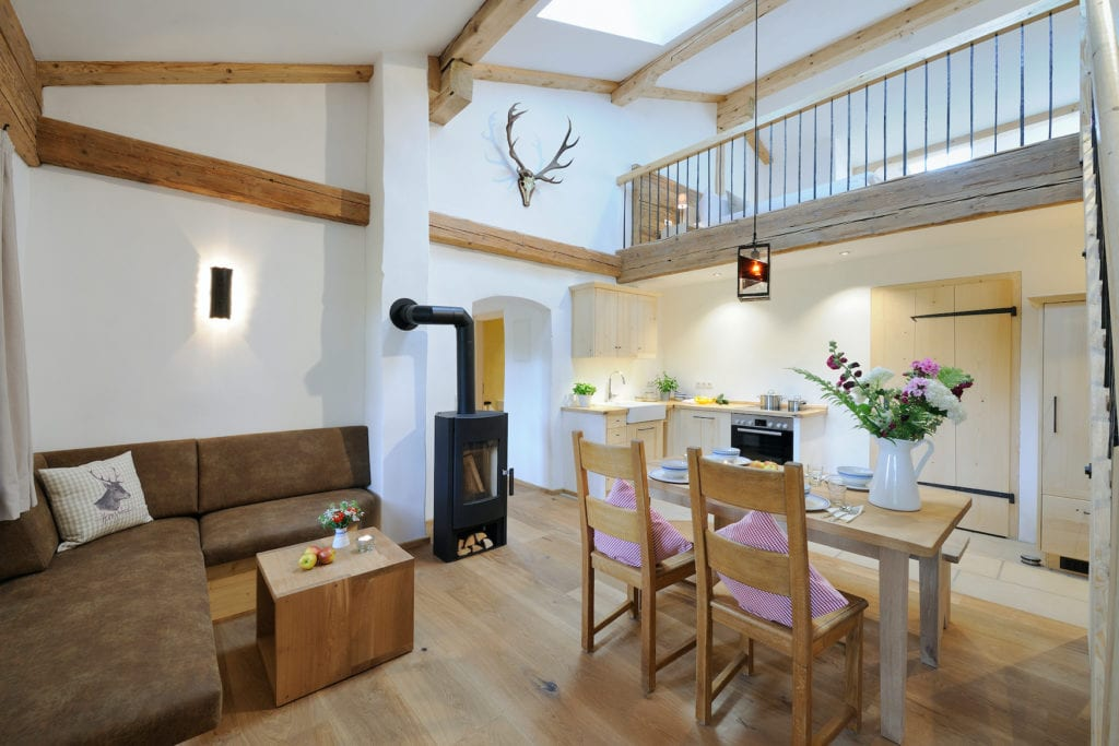 Blick in die Stube des Ferienhaus mit Holzofen und Esstisch