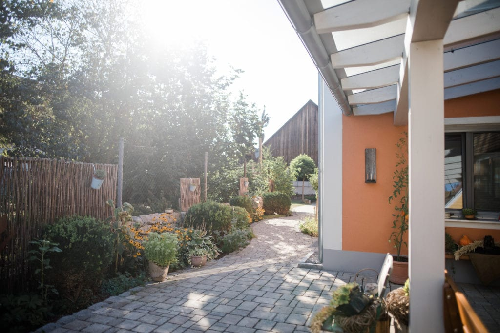 Die Terrasse des Simmernhof, einem der Ferienhöfe in Bayern, die nah am Wasser gelegen sind