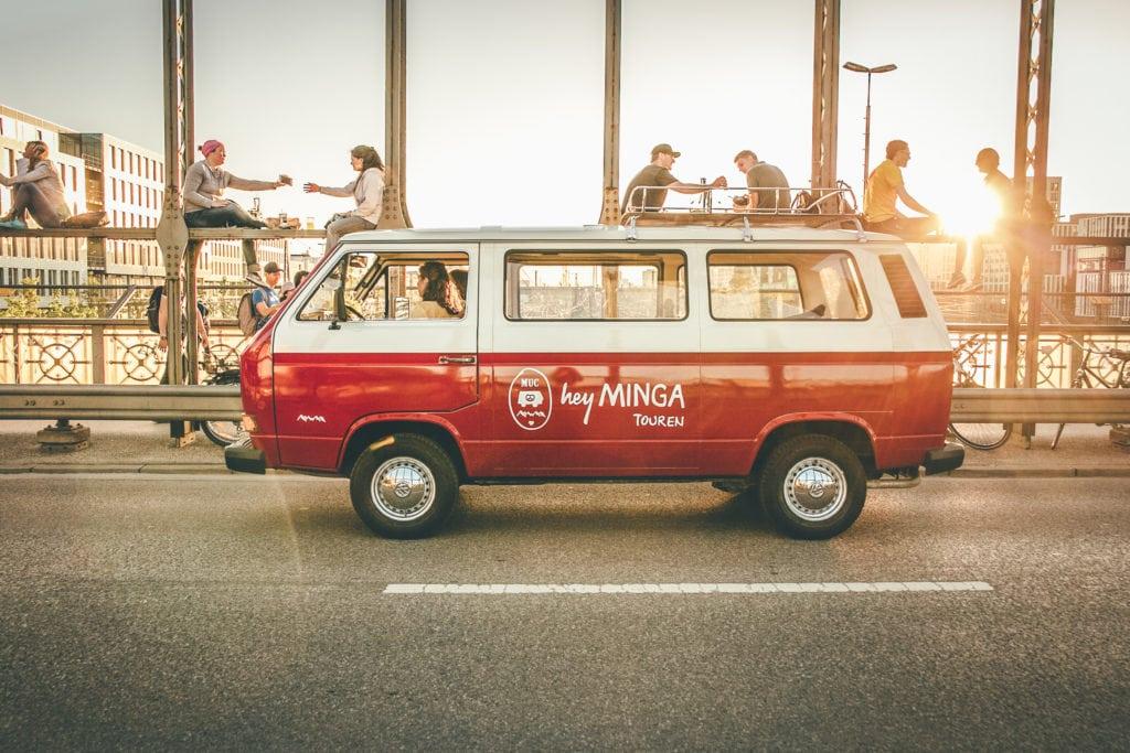 Ein Hey Minga Bus fährt durch München