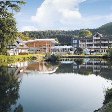 Das Hotel Deimann liegt an einem See im Sauerland