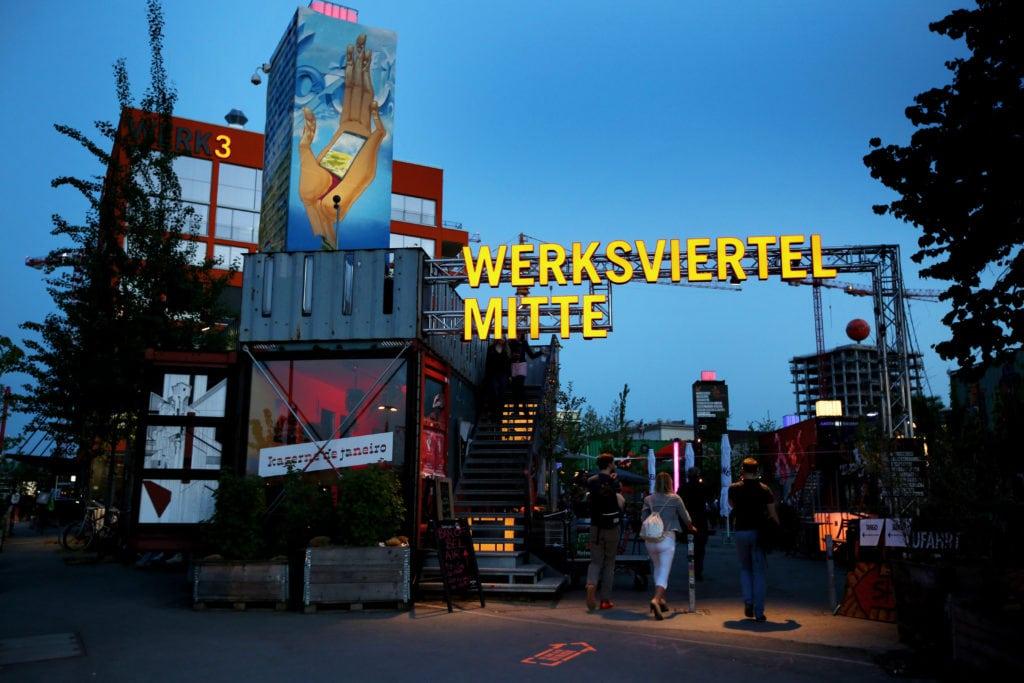 Blick auf das Werksviertel in München bei nacht