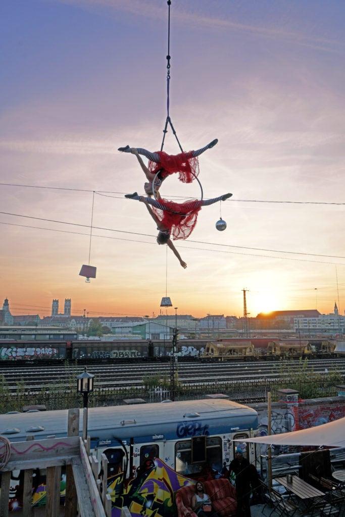 Zirkuskunststück über München schwebend