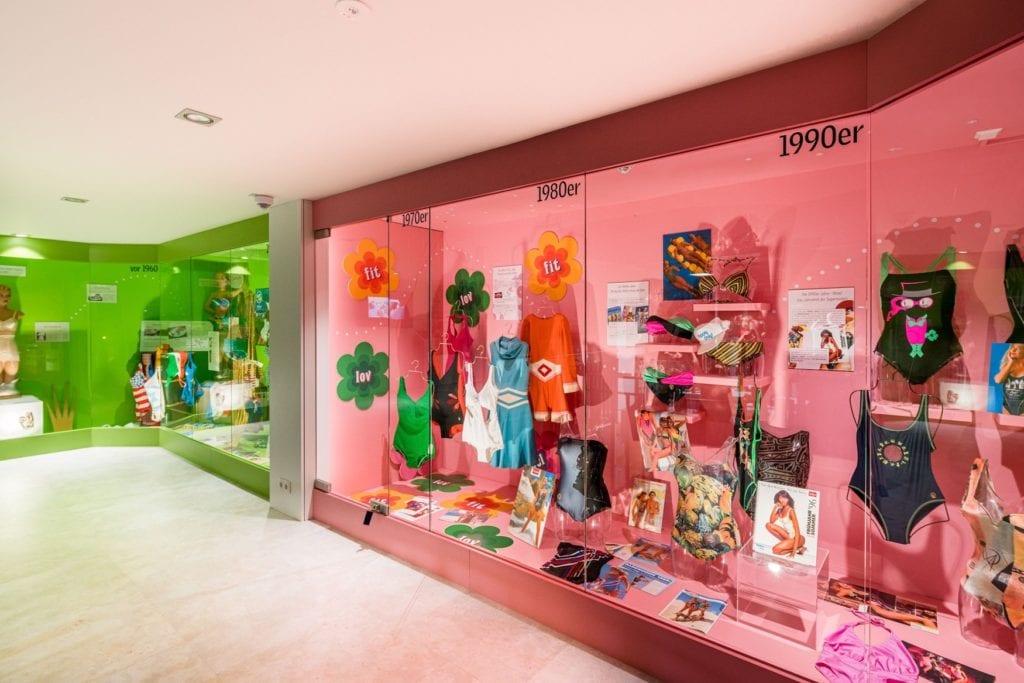 Schaufenster in Museum mit Bikinis der unterschiedlichen Epochen
