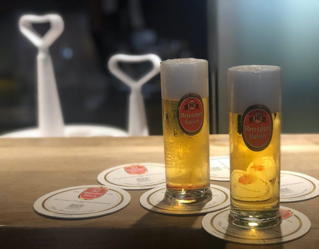 Zwei Kölschgläser im Früh em Veedel in der Kölner Südtstadt