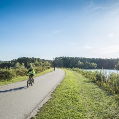 Fahrradfahren auf dem Damm in Spalt am Brombachsee