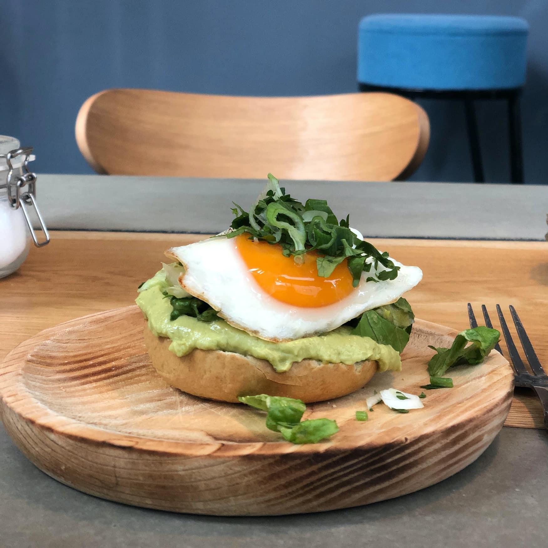 Avocadotoast mit Spiegelei im Neobiota Frühstücksrestaurant in Köln