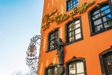 Fassade der Paeffgen Brauerei in der Kölner Altstadt. Die Paeffgen-Brauerei braut das berühmte Kölsch-Bier, ein obergäriges Bier, das ursprünglich aus Köln stammt.