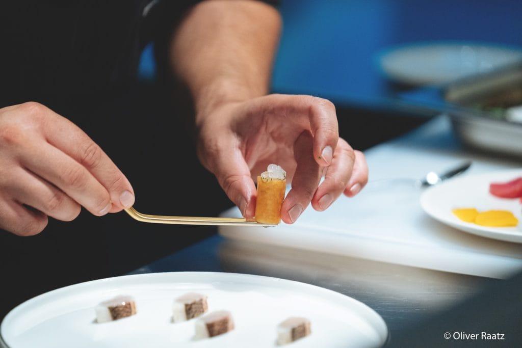 das sterne- restaurant esplanade, chefkoch silio del fabro bei der zubereitung