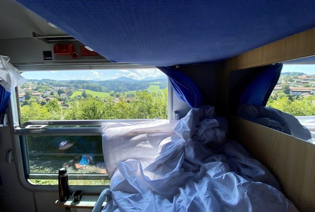 Blick aus dem Schlafwagon auf die umliegende Bergwelt