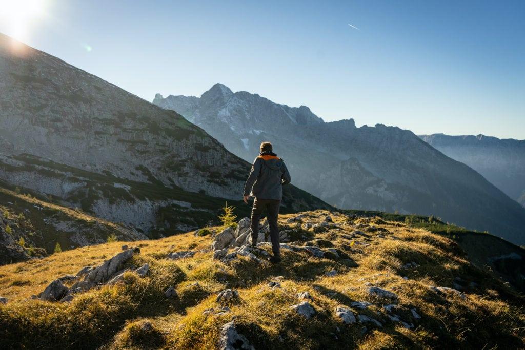 Mann wandert auf die Alpen iM Chiemgau in Bayern