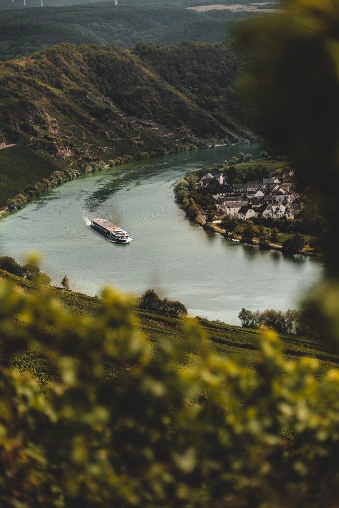 Aussicht auf ein fahrendes Schiff auf der Mosel-Schleife