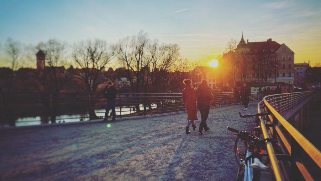 Menschen spazieren durch Regensburg in Ostbayern