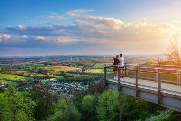 Zwei Jungs stehen auf Aussichtsplattform und genießen den Blick über das Saarland