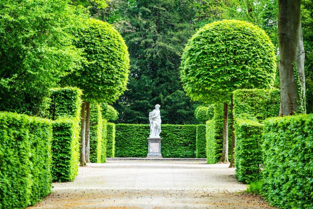 Skulptur in Schlossgarten Schwetzingen, einem der schönsten Gärten in Deutschland