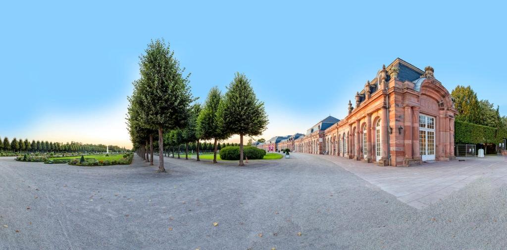 Schlosspark Schwetzingen an sonnigem Tag
