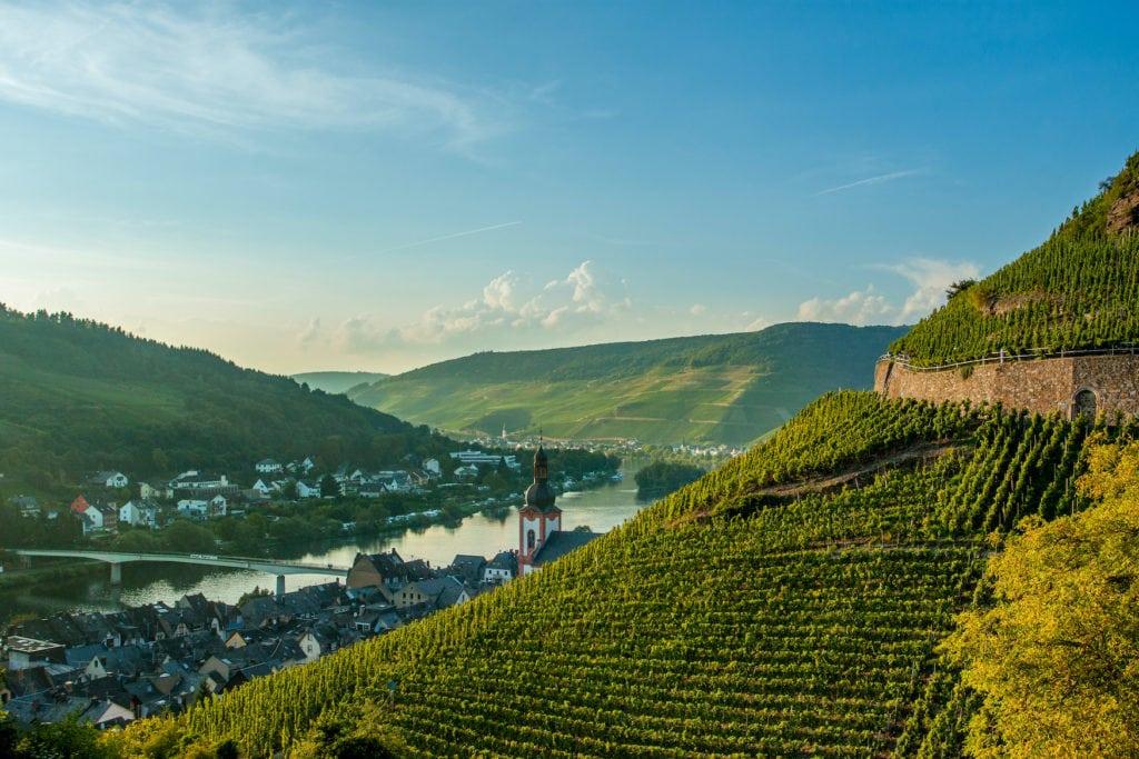 Weinregion Zell an der Mosel, die man während einer Fahrradtour durch Deutschland besuchen kann