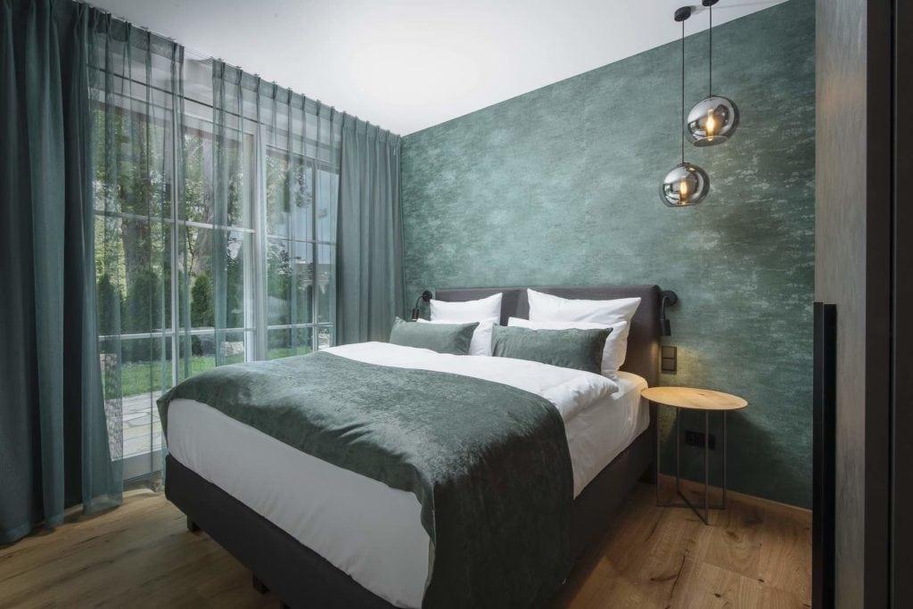 Schlafzimmer mit petrolfarbenen Details