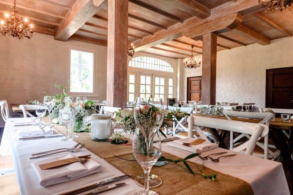 Romantisch eingerichtetes Hofcafé auf dem Stimbekhof