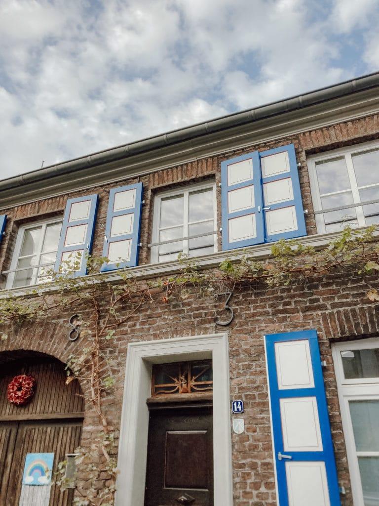 Haus mit blauen Fensterläden in Zons
