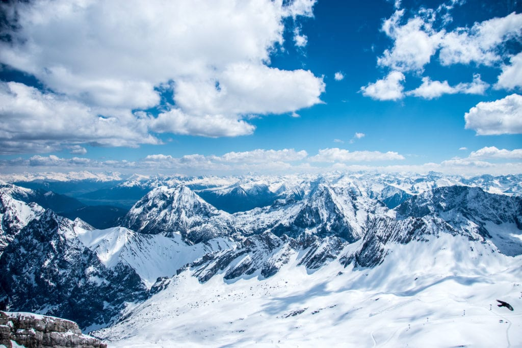 Ausblick auf die verschneite Zugspitze in Garmisch-Patenkirchen, wo eins der besten Skigebiete in Deutschland liegt